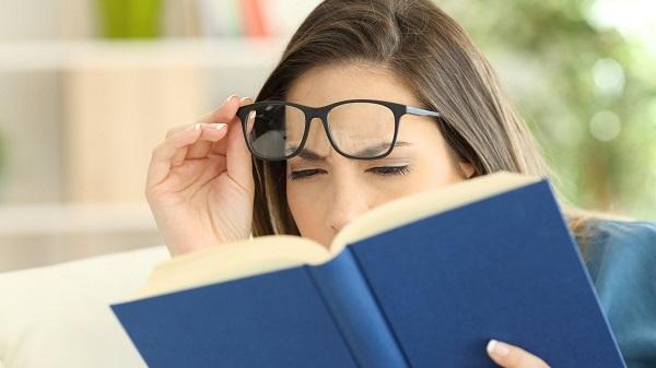 se você não consegue enxergar de perto, o melhor a fazer é buscar um oftalmologista para uma consulta